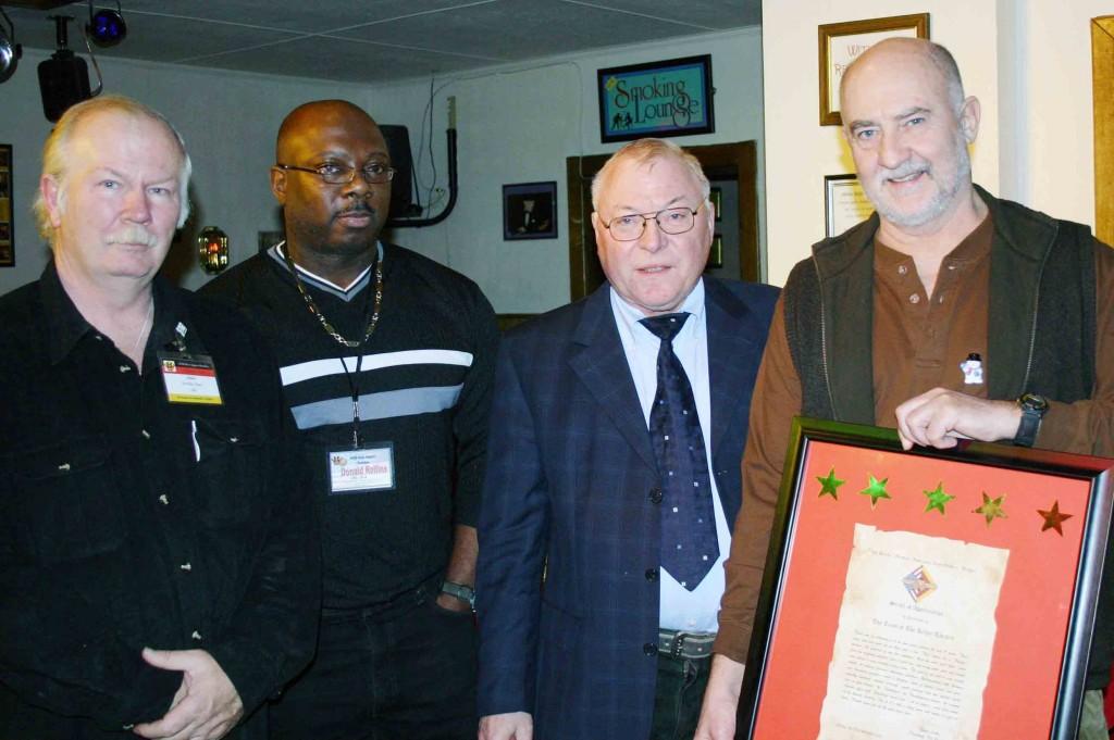 Brücke-Adventskaffee mit Kellertheater-Chef David Turner (links, bereits verstorben) und dem damaligen Brücke-Präsidenten Klaus Leske im Dezember 2004 in Giessen